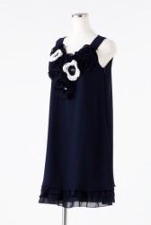 パール付きフラワーモチーフのネイビードレス