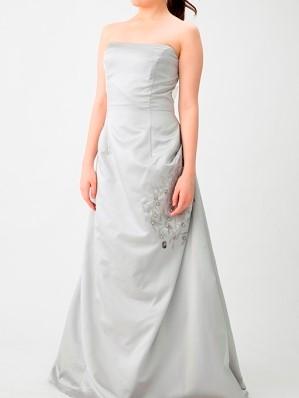 シルバーカラーの刺繍付きマキシ丈ベアドレス