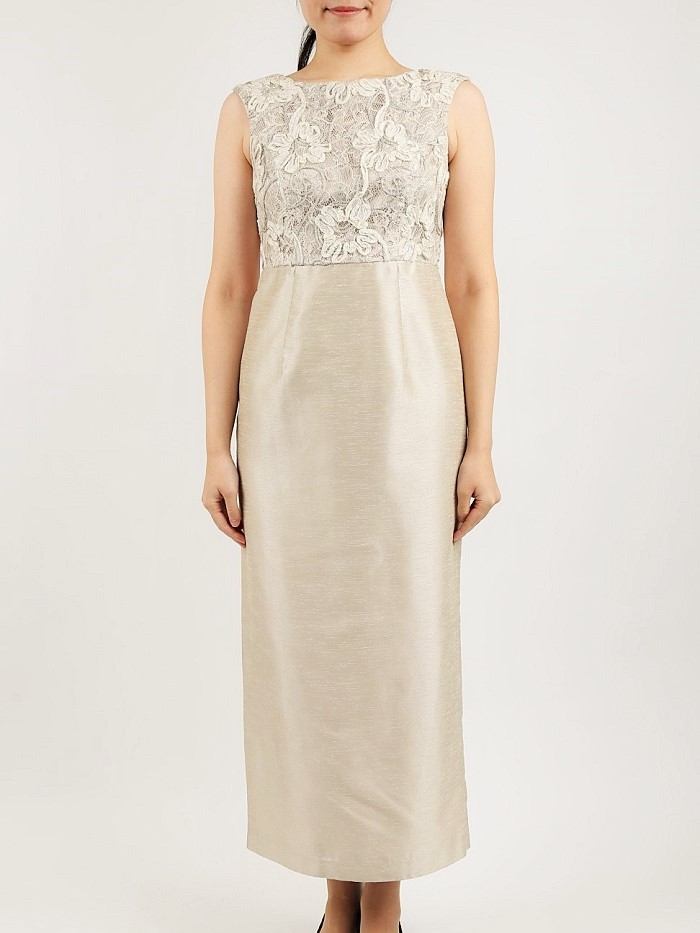 結婚式のご親族参列向きシャンパンカラーのロングタイトドレス