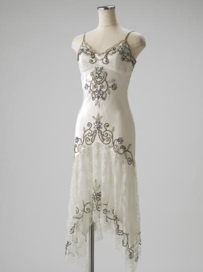 シルクのホワイトのビジュー×レースドレス