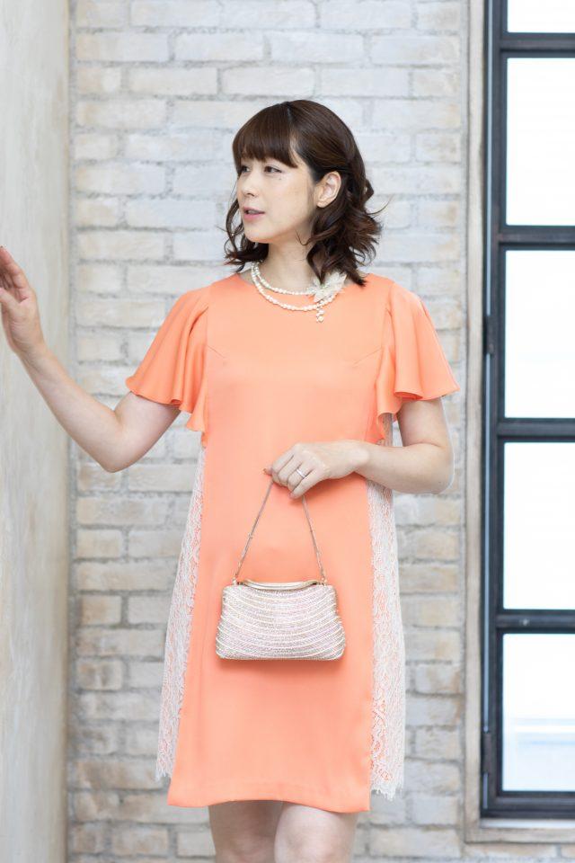 ひらひら袖とサイドレースのオレンジドレス