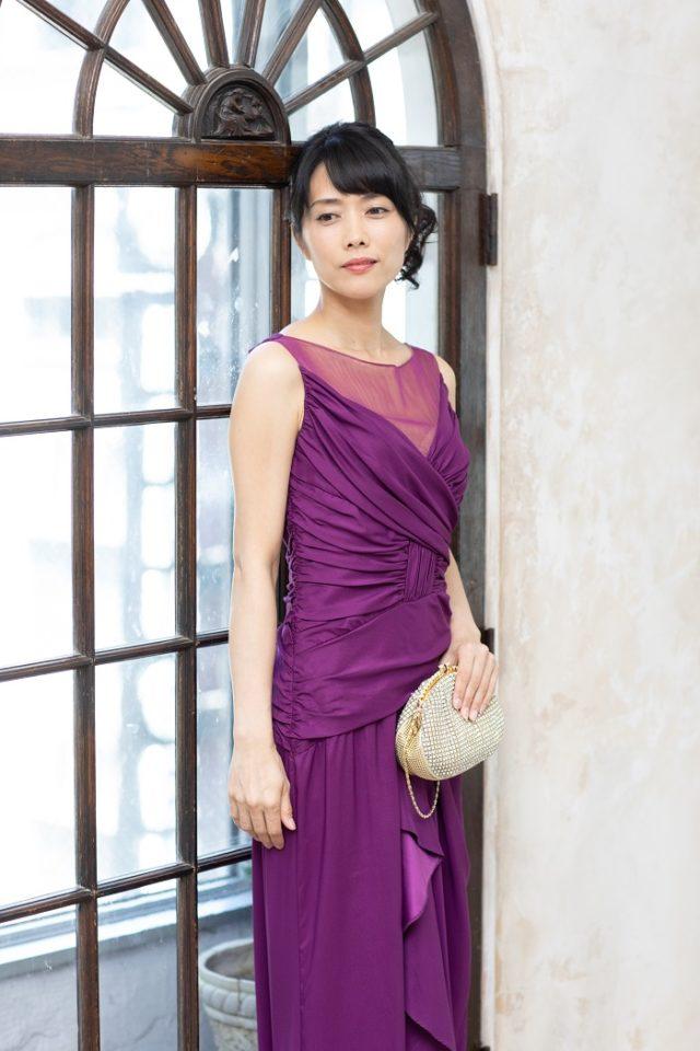 パープルの上質で光沢あるドレス
