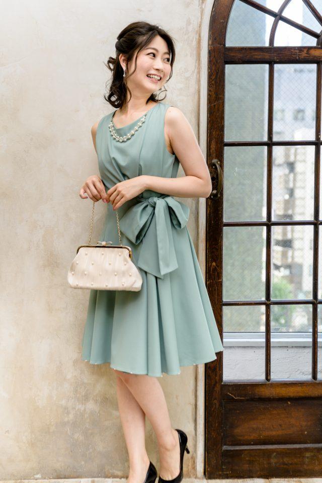 アクセ&裾パール付きウエスト絞りワンピースドレス(スモーキーグリーン)