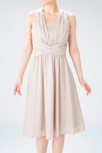 b754481edff90 ... シャンパンゴールドのホルターネックドレス(9653) 落ち着きすぎて少し地味かな、とも思われがちなベージュですが、着てみるととても明るい雰囲気で 可愛いです。