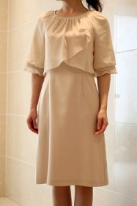 9866f681bf37b She sのベージュのシフォン袖ドレス(9903) かなり長めの袖つきです。柄もなくデザインはとてもシンプルですが、袖がシフォンになっていて可愛いです。