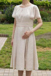 edd12813a7181 She sのベージュのシフォン袖ジャガードドレス(9904) ウエスト部分にラインが入っている為、とてもスッキリして見えます。袖がヒラヒラとしていて とても可愛いです。