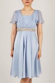 3176a9ccad947 お袖が付いている為、お羽織物無しにキレイに着て頂けます。スカート部分の生地の光沢感がとてもキレイです。
