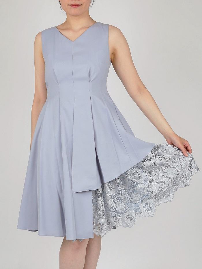 裾のレースが華やかなVネックドレス(サックスブルー)