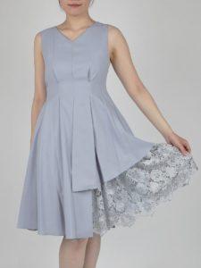 10607499aec92 裾のレースが華やかなVネックドレス(サックスブルー)(0790) 裾のレースデザインでボリュームが出るドレスです。ハイウエスト切り替えで足長効果も ありますよ。