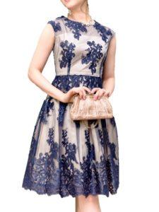 ffb2d1e0c95c0 ネイビーの刺繍がお写真にも映えるデザインのドレスです。スカート内部にチュールが仕込まれているので、ボリュームが出て華やかなシルエットになります。