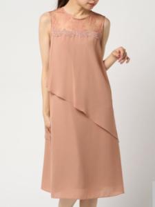 f038dda586db9 オレンジがかったスモーキーなピンクが大人かわいいドレスです。身体を締め付けないデザインなので着心地抜群、体型もカバーできますよ。