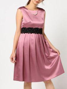 0460ccfe5fb40 ラズベリーの色味とウエストのリボンベルトがとてもキュートなドレス。背中や胸元の露出が少ないのもポイントです。