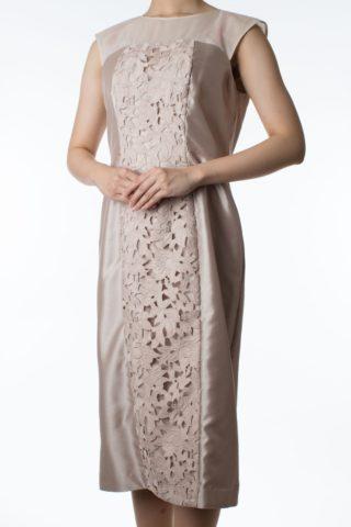 ベージュの花柄ドレス