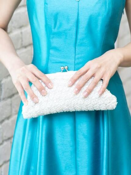 白の手編みパーティーバッグ