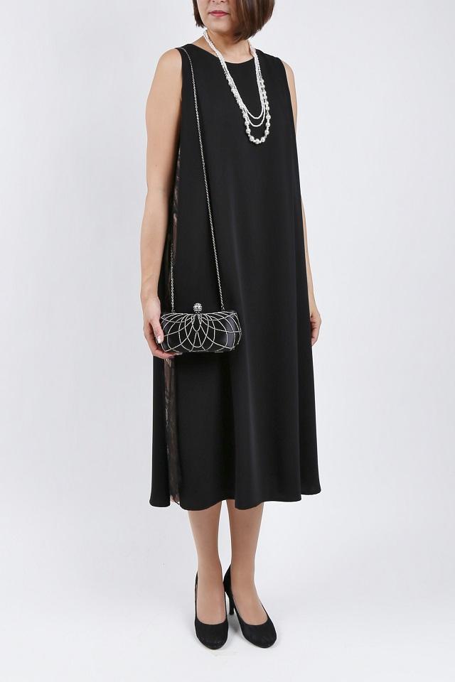 サイドレースのブラックドレス