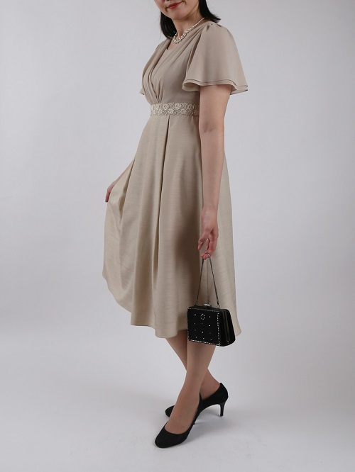 She's(シーズ)ウエスト刺繍のベージュ袖付きドレス