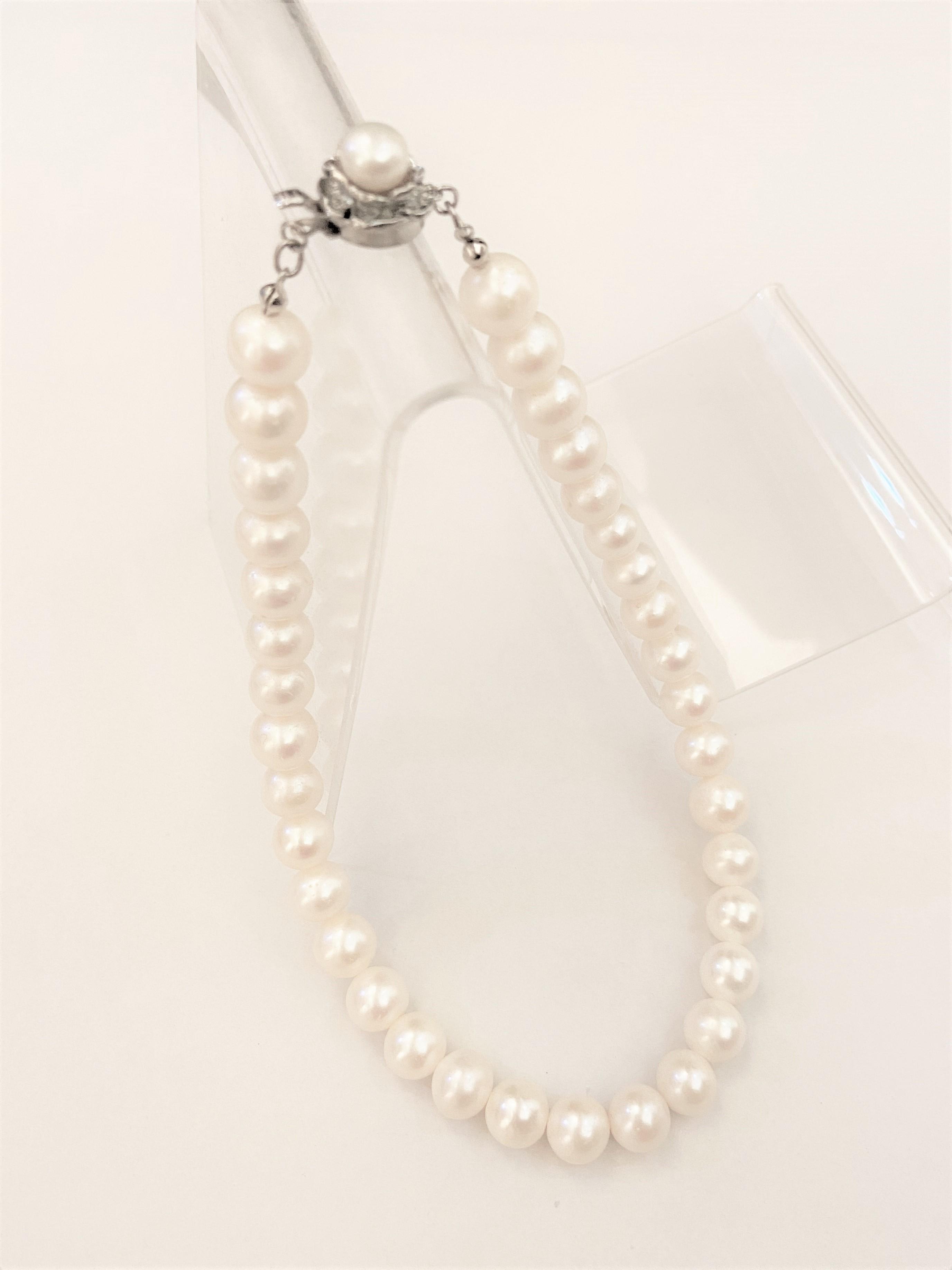 ホワイトパールのシンプルネックレス(蓮モチーフ型留具)